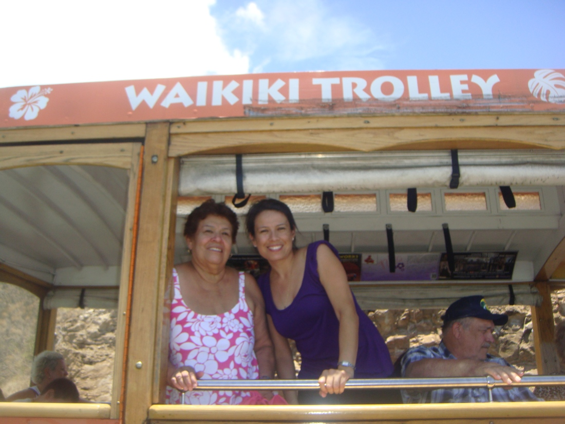 This is my mom and I in beautiful Hawaii in 2009. Mi mamá y yo en Hawaii en 2009.